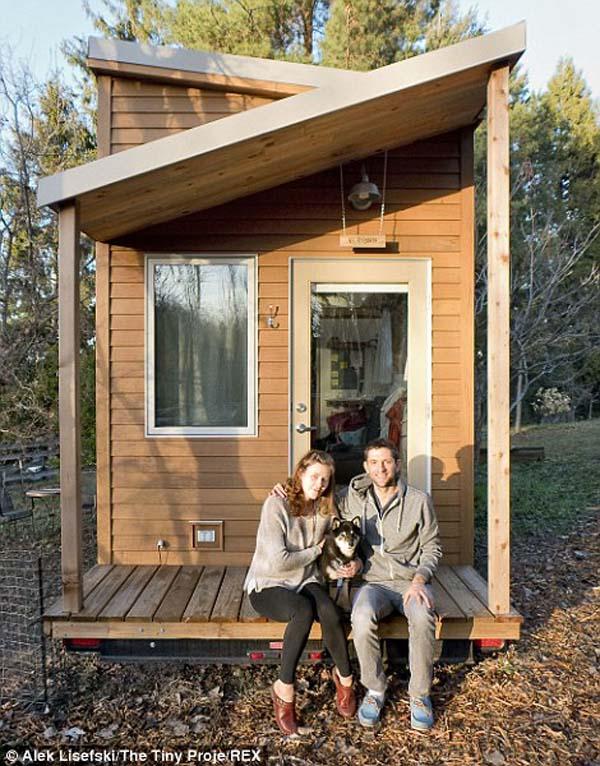 Ο ίδιος, φίλη του Anjali και ο σκύλος τους Anya μετακόμισε στο μικρό σπίτι που έχτισε.
